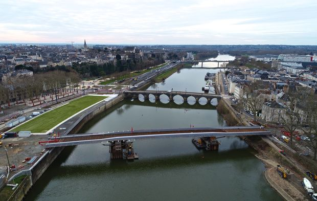 d0ab7816822f87 A Angers, le pont des Arts et Métiers se coiffe de son tablier