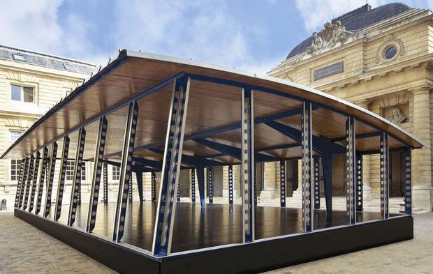une architecture de prouv log e dans une cour parisienne. Black Bedroom Furniture Sets. Home Design Ideas