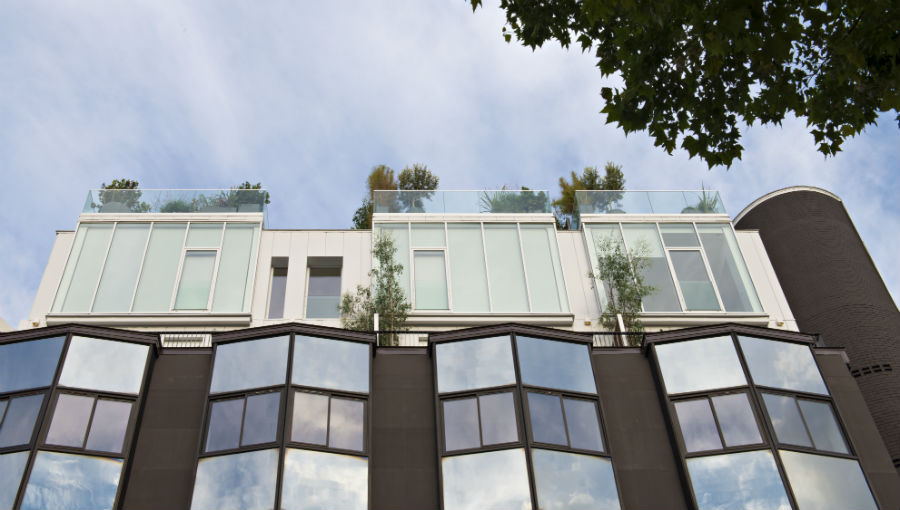Vincent Eschalier Pose Ses Maisons Sur Le Toit Des Immeubles