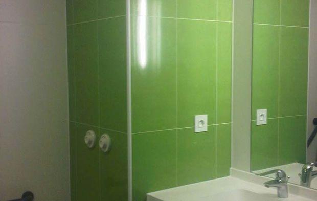 Des salles de bains pr fabriqu es sur mesure pour une - Salle de bain maison de retraite ...